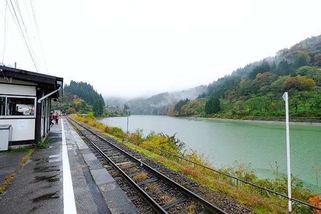 鉄橋と自然が織り成す、フォトジェニック列車
