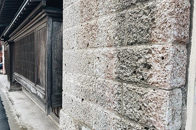 大谷石でできた壁