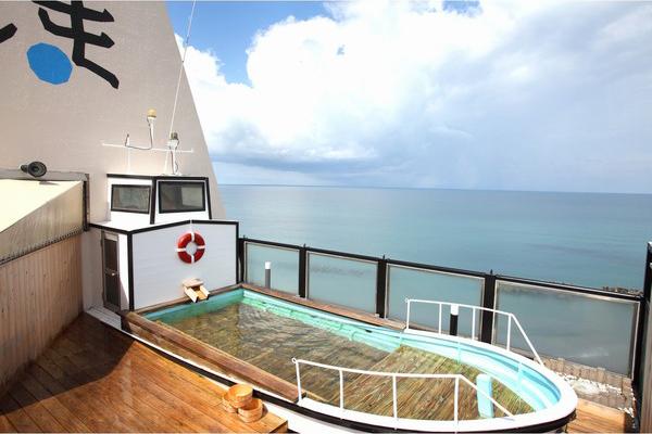 ユニークな湯船に浸かりながら日本海を一望できます