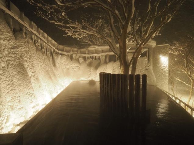 温かい湯船の中から氷瀑の迫力を感じられるなんて、贅沢ですね