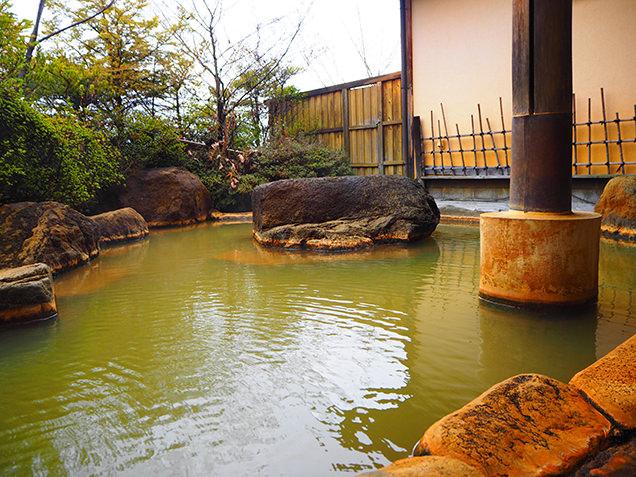 滝湯のある大浴場のほか、立ち上がれば伊香保の街を一望できる露天風呂も