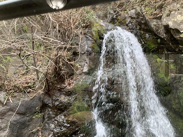 車窓から見える滝