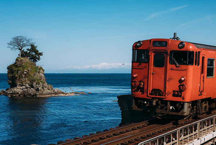 青い海に会いに行こう。ローカル線の車窓から見える海絶景5選