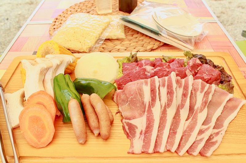 お待ちかねのバーベキュータイム。鮮やかなお肉たちにテンションが上がる!