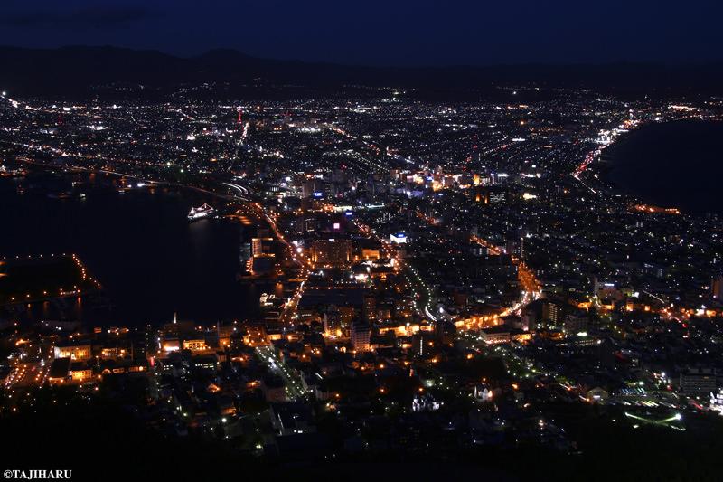真黒な海と、宝石をちりばめたような街の明かりとのコントラストが印象的です