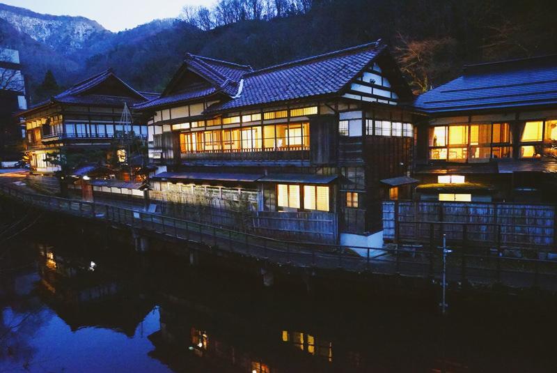 約1300年の歴史がある東山温泉。川沿いに旅館が連なる様子は風情たっぷり