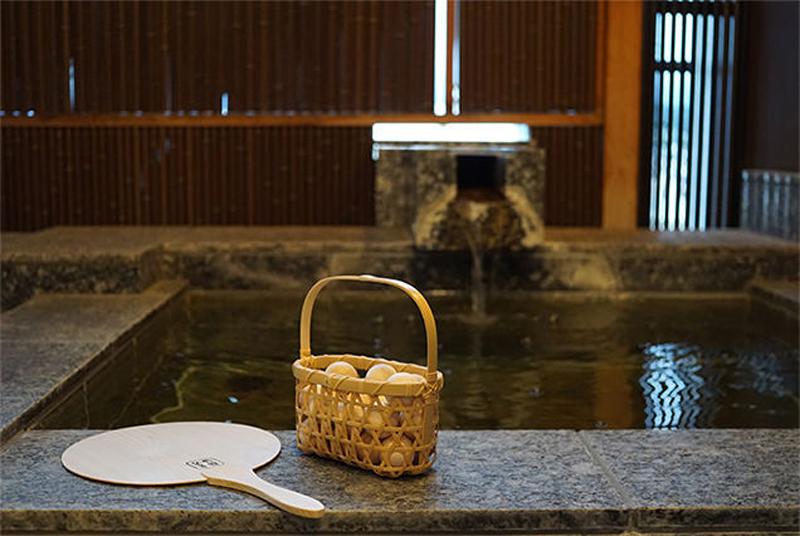 ゆっくりできるのが客室露天風呂の魅力。お湯に浮かべるヒノキ玉がいい香り