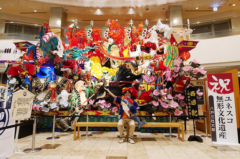 八戸三社大祭の山車と筆者