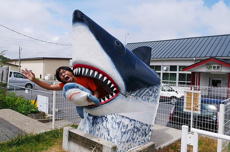 話題の「ぬい撮り」旅とは?サメのぬいぐるみと一緒に「鮫駅」へ!