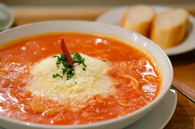 赤唐辛子とにんにくのトマトソース
