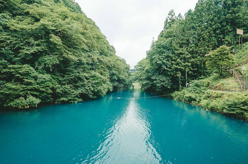この秋見たい「四万ブルー」の絶景。身も心も癒される温泉ひとり旅