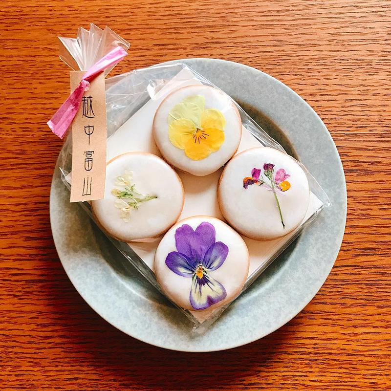 富山産の小麦粉とエディブルフラワー(食べられる花)を使用したクッキー