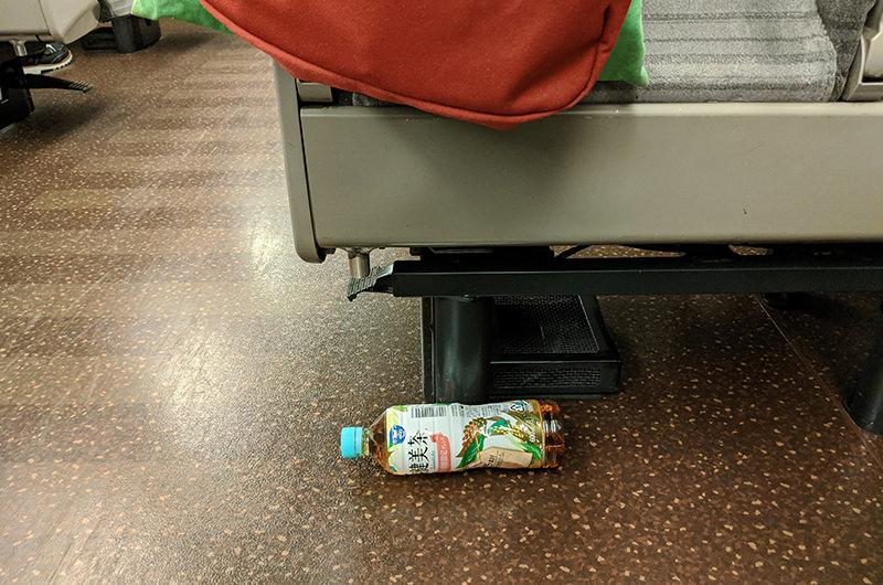 床に置いたペットボトル