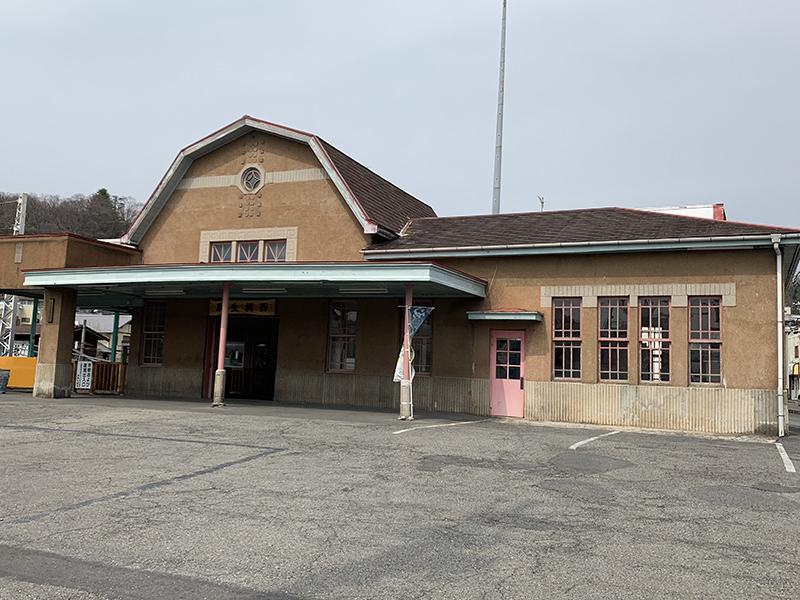 マンサード屋根の駅舎
