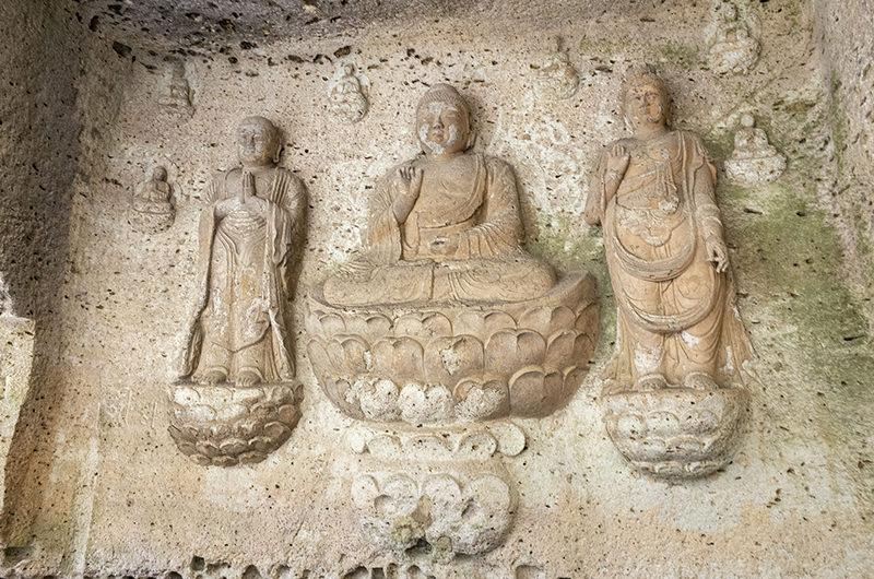 石壁に彫られた仏様