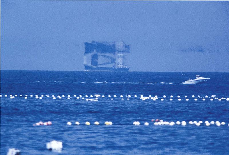 船の姿が反転して浮かび上がる不思議な風景