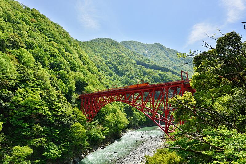 新山彦橋を渡るトロッコ電車