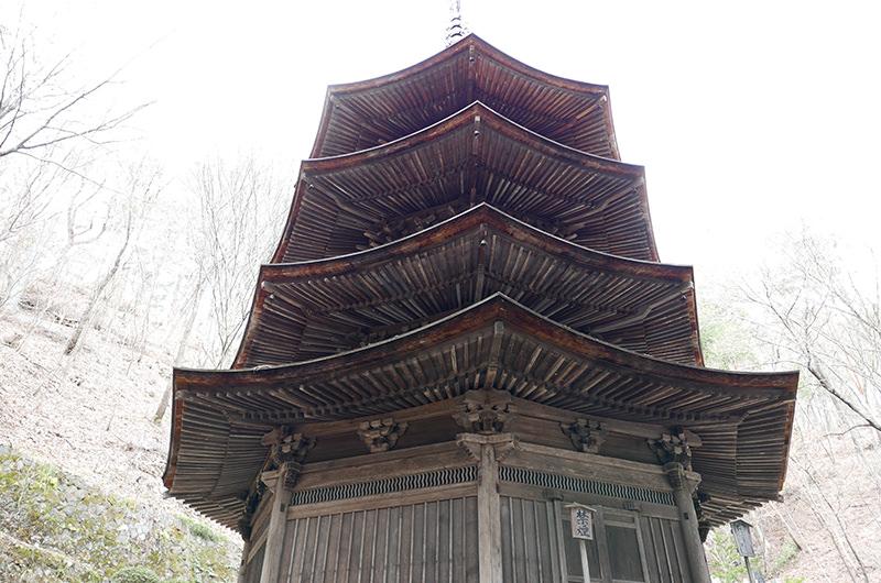 八角三重塔を真下から見上げる
