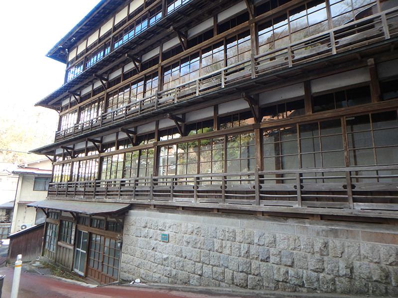 登録有形文化財にも指定されている木造建築のお宿