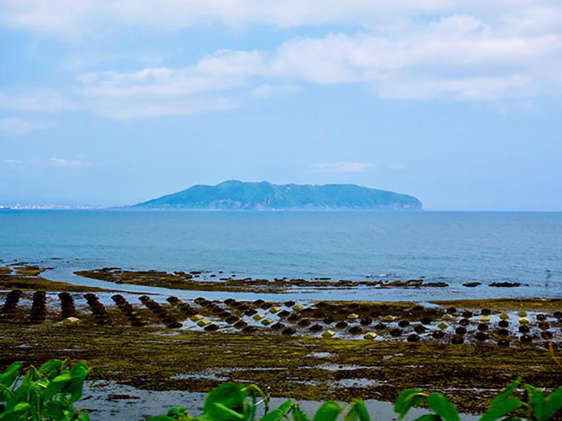 車窓から見える海と函館山