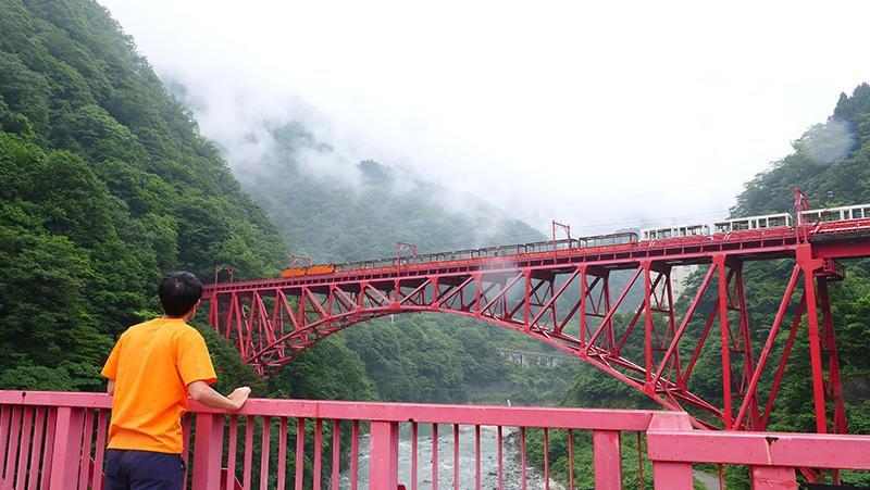 新山彦橋を望む