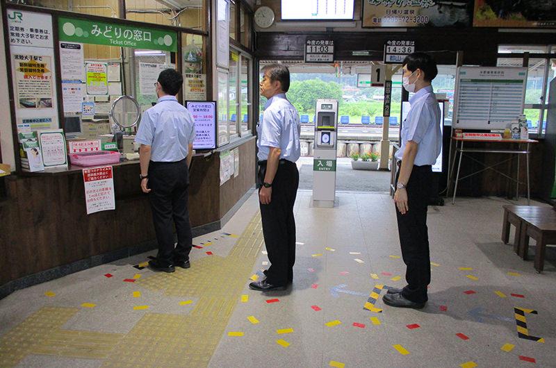 JR東日本の駅構内にある足位置の表示