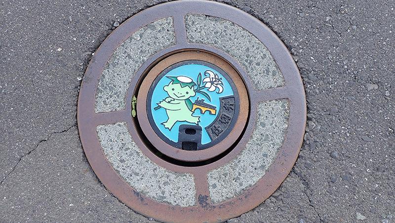 遠野駅前の水道仕切弁小型蓋
