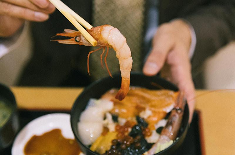 五色丼のエビ