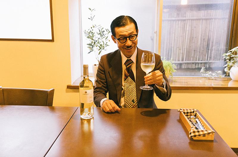 ワインを持つ岩井ジョニ男