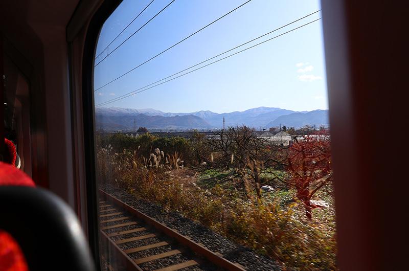 車窓 米沢駅と山形駅の間
