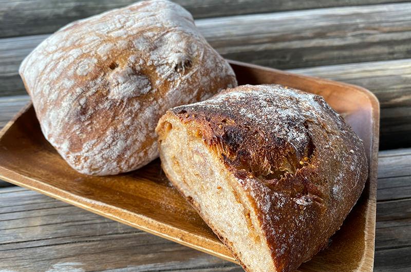 豆パン(左) イチジク&クルミ