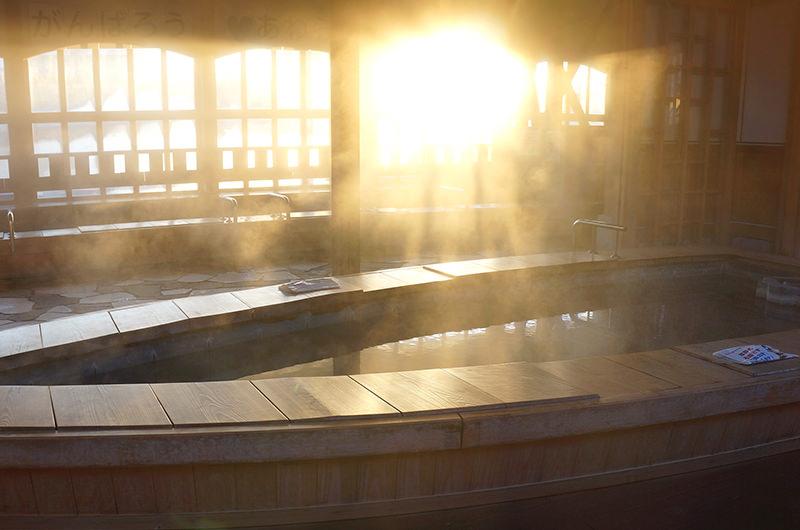 湯気を照らす朝日が美しい