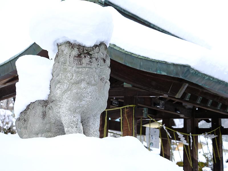 雪を被った狛犬