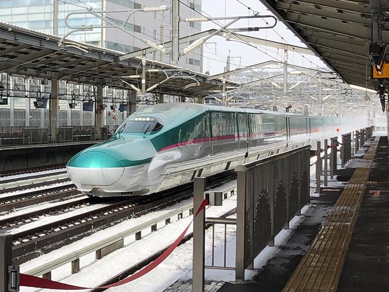 福島駅を通過する新幹線