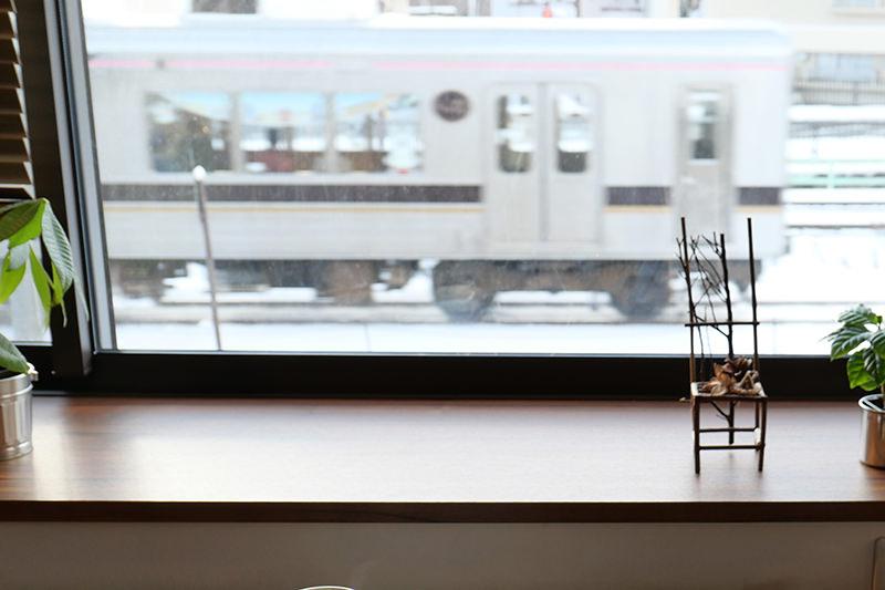 窓から見える列車