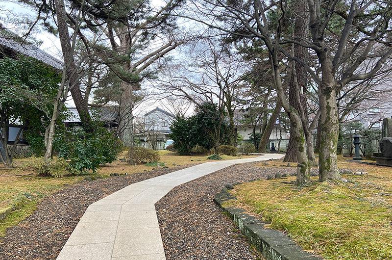 裏門から正楽寺の本堂へ続く小道