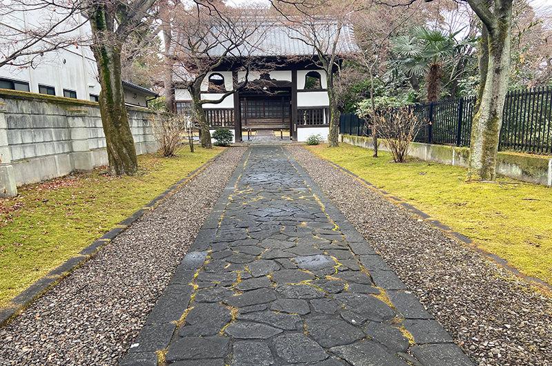 正門から本堂に続く石畳