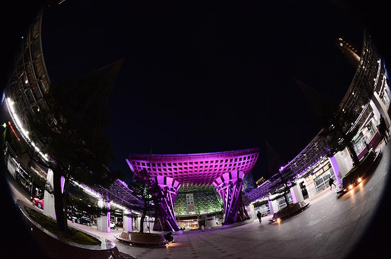 古代紫色にライトアップされた鼓門