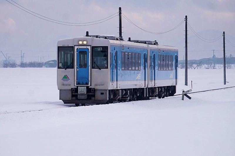 冬の山形・列車旅。車窓からの雪の山形城跡にうっとり