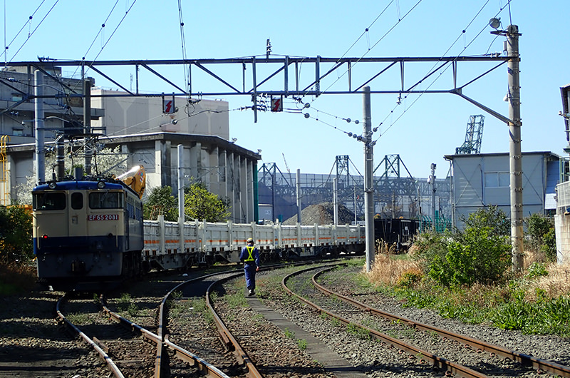 工場の間を走り抜ける貨物列車