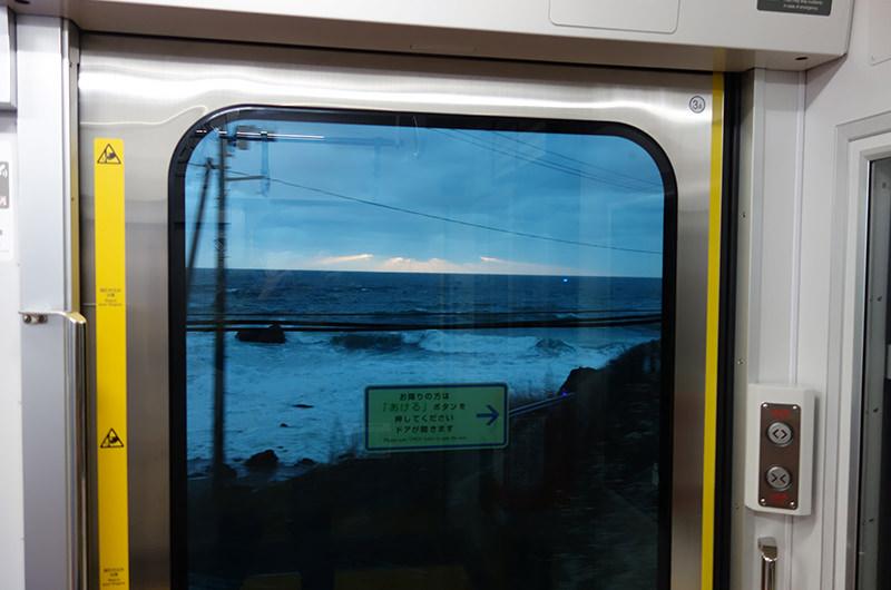 車窓から海が見える