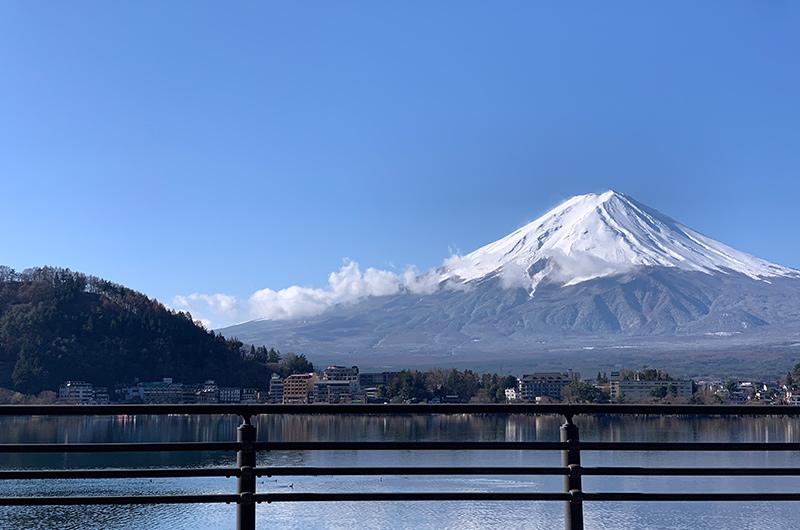 河口湖音楽と森の美術館前から望む富士山