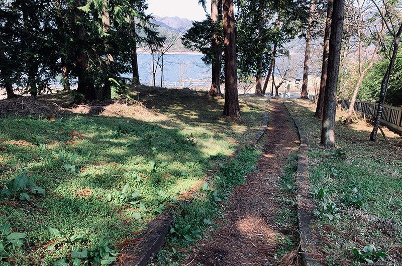 湖畔沿いの入り口からの道