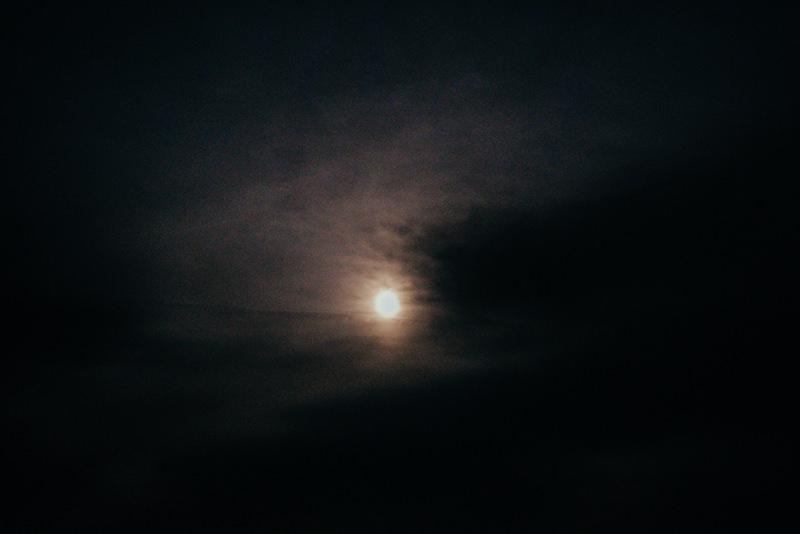 雲がかかった夜空