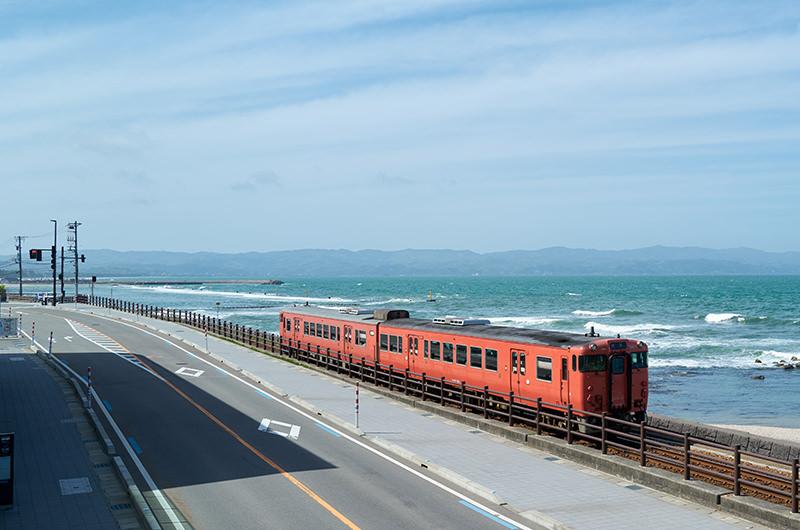 【絶景写真スポット】富山・雨晴海岸で海を背景に列車が撮れる!