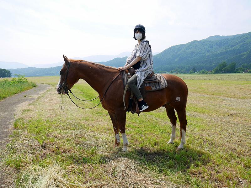 乗馬中の筆者