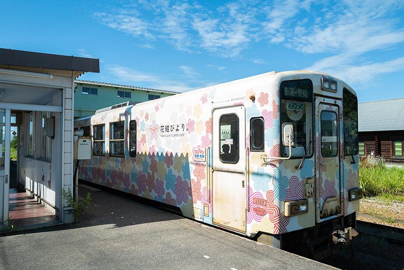 赤湯駅に停車するフラワー長井線の車両