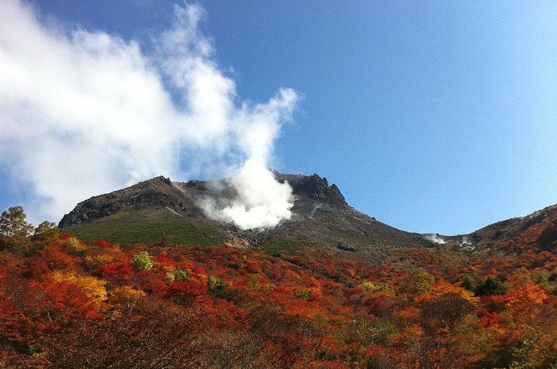 噴気を上げる茶臼岳